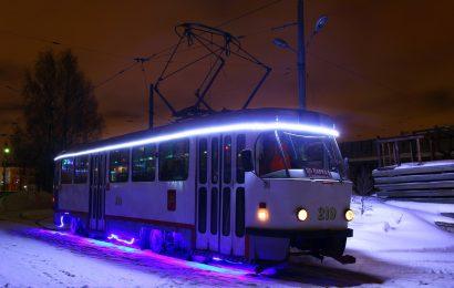 Новогодний трамвай вышел на линию.