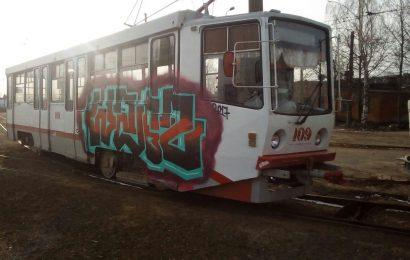 В трамвайном парке вандалы разукрасили вагоны.